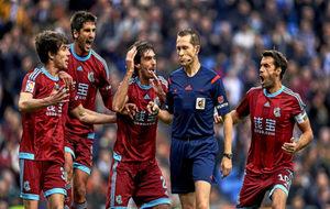 Los jugadores de la Real Sociedad protestan una acción a González...