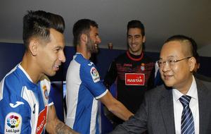 Hernán Pérez saluda a Chen.