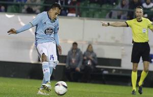 Orellana lanzando un penalti en un encuentro de Europa League.