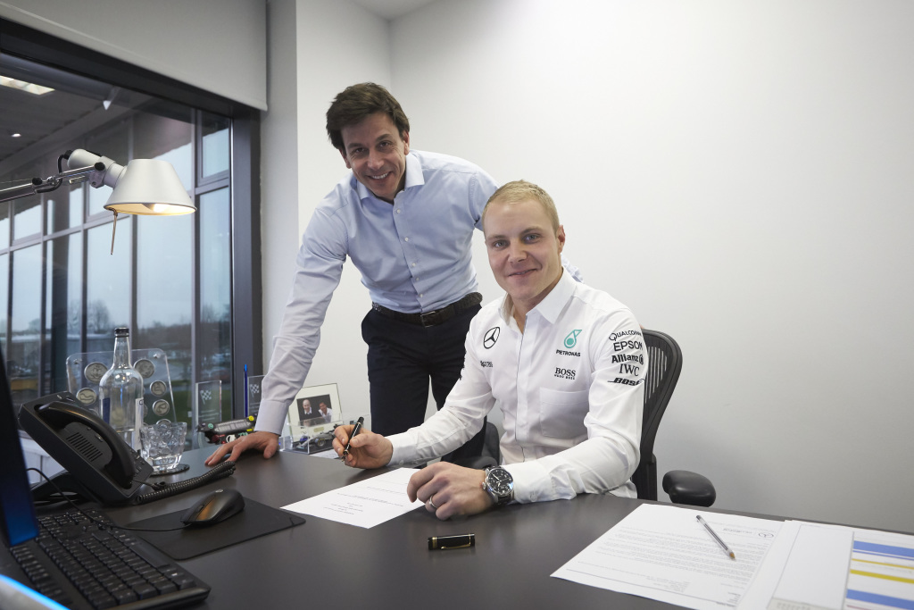 Bottas, firmando el contrato con Wolff
