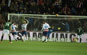 Ochoa realiza una estirada en un instante del Granada-Osasuna.