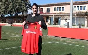 Sasa Zdjelar posa con su nueva camiseta en las instalaciones del RCD...