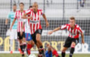 Verón conduce un balón ante el Sport Bahia.