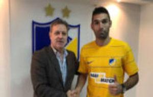El jugador posa con la camiseta de su nuevo club.