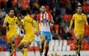 Pedraza conduce el balón en el partido frente a la AD Alcorcón
