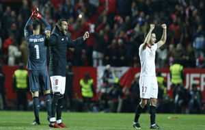 Vicente Iborra celebra el triunfo ante el Real Madrid junto a Sarabia...