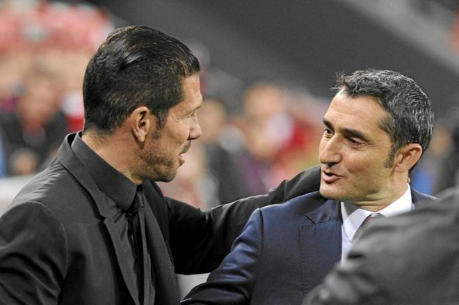 Simeone y Valverde se saludan antes de un partido de Liga esta...