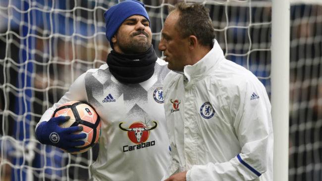 Diego Costa, con un miembro del cuerpo técnico del Chelsea