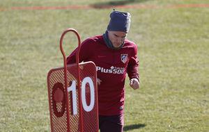 Gameiro, abrigado durante un entrenamiento con el Atlético.