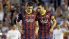 Messi y Xavi hablan durante un partido.