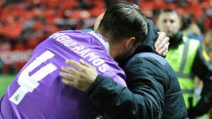 Sergio Ramos se abraza con Jorge Sampaoli en el Sánchez Pizjuán.