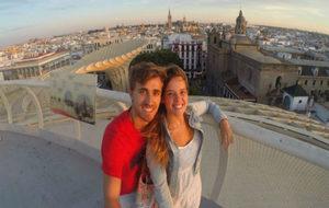 Marc Muniesa, junto a su pareja en Sevilla durante el verano