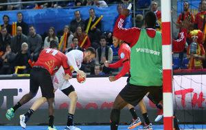 Costoya es defendido por el angoleño Teca con un jugador en la...