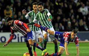 Petros y Rubén, ante dos rivales en el último partido entre Betis y...