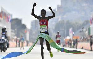La keniata Sumgong cruza la meta del maratón olímpico de Río