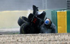 Fernando Alonso sale del McLaren tras el accidente en Australia en...