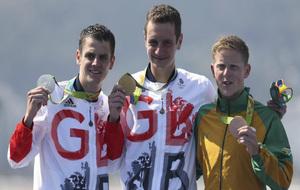 Johathan Brownlee (plata) y Alistair (oro) junto a Henri Schoeman en...