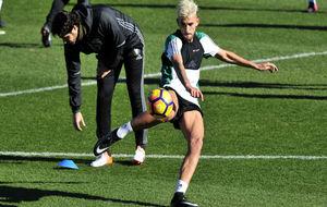 Dani Ceballos golpea el balón con la pierna derecha en el...
