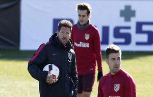 Simeone observa el entrenamiento del Atlético.