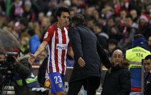 Gaitán y Simeone se saludan en la sustitución del futbolista ante el...