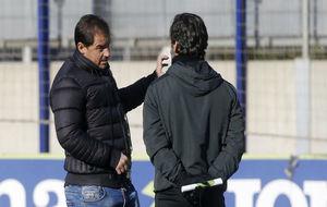 Jordi Lardín charla con Quique Sánchez Flores en una sesión.