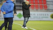 Claudio Barragán da indicaciones desde el área técnica durante un...