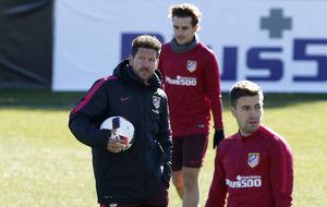 Simeone, junto a Gabi y Griezmann en un entrenamiento en el Cerro del...