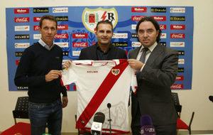 Ramón Planes (49) y Rubén Baraja (41), junto al presidente del Rayo,...