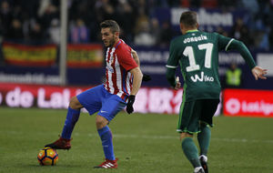 Koke controla el balón ante Joaquín.