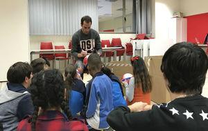 Godín visitando a los chicos y chicas del proyecto Éxito Escolar