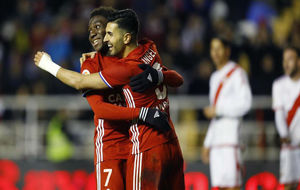 Ángel y Dongou celebran un gol en Vallecas.