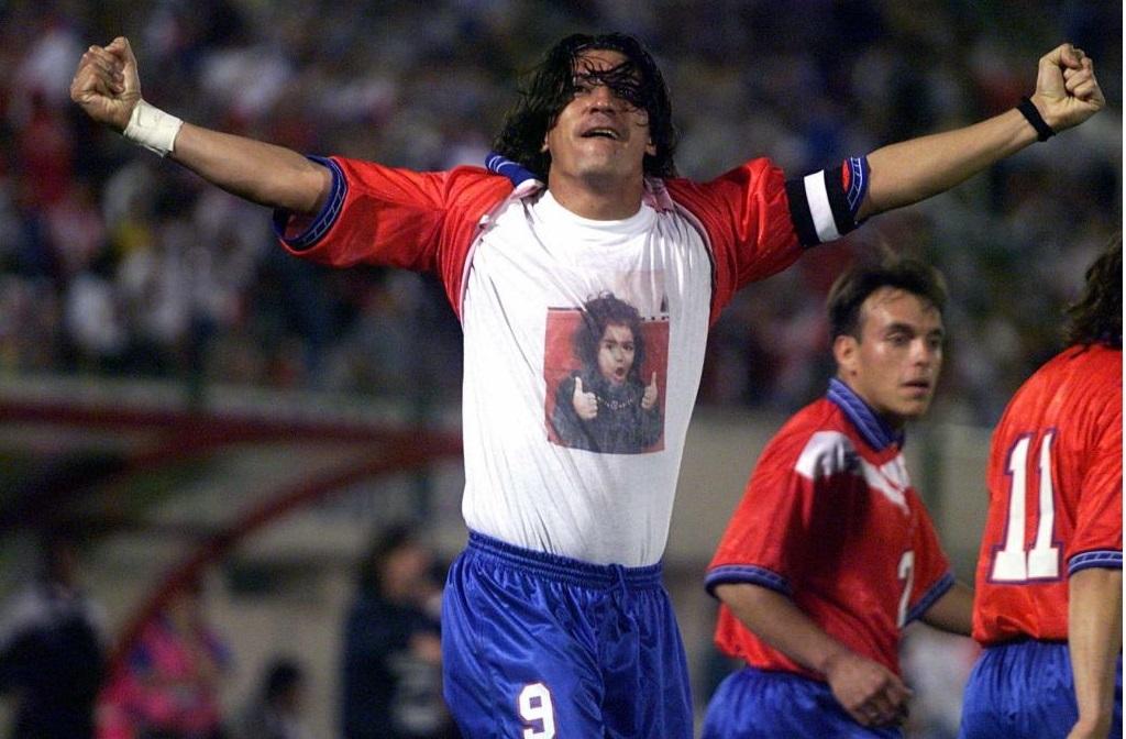 Zamorano celebrando un gol en la Copa Ámerica 1999.
