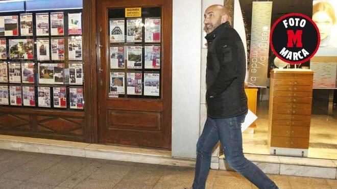 Abelardo, a las 21.03 horas, tras salir de la reunión con el Consejo...