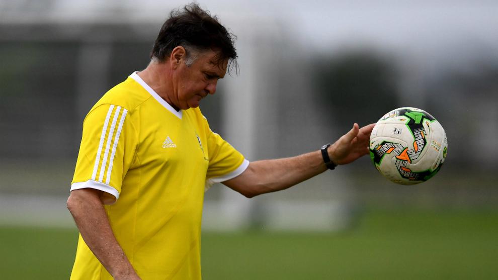 José Antonio Camacho bota un balón durante un entrenamiento con...