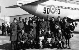 Los jugadores de la selección miltar posan junto al avión A.zor tras...