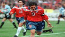 Zamorano, celebrando un gol con la selección ante Uruguay en 1998.