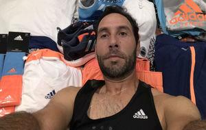 Santiago González posando con su equipación en el Open de Australia.