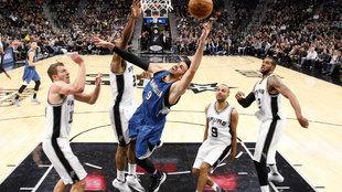 Ricky Rubio (Timberwolves) tratando de anotar ante los Spurs
