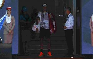 Roger Federer, pensativo, momentos antes de saltar a la pista en...