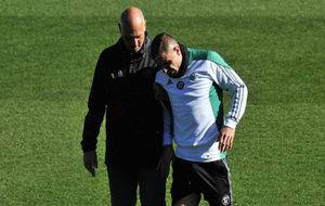 Joaquín, retirándose del entrenamiento junto al doctor Tomás Calero