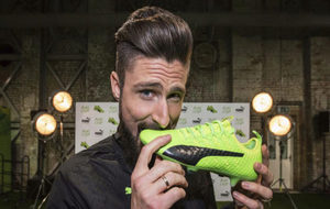 Giroud posa con sus botas Puma Evo Power Vigor 1.
