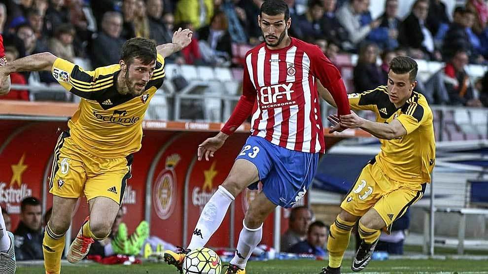 Javi Álamo, la pasada campaña con el Girona jugando contra Osasuna,...