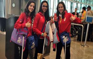 Andrea Pozo, en el centro, con sus compañeras de club Carolina...
