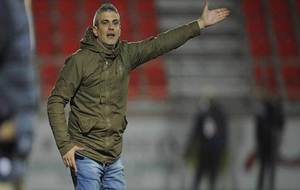 Javier Álvarez de los Mozos dirigiendo al equipo en Anduva ante el...