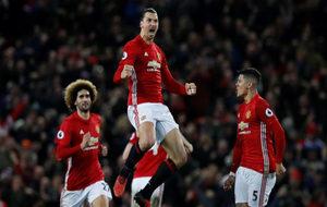 Jugadores del Manchester United celebran un gol.