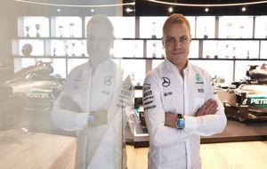 Valtteri Bottas posa como piloto de Mercedes