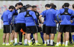 Hierro (48), dirigiendo una sesión de entrenamiento con el Oviedo.