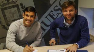 Vinicius firma como nuevo jugador ante la presencia del director...