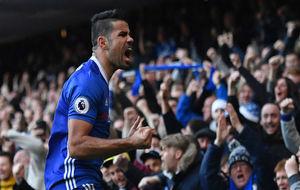 Diego Costa celebra un gol con la afición del Chelsea