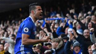 Diego Costa celebra un gol con la afici�n del Chelsea